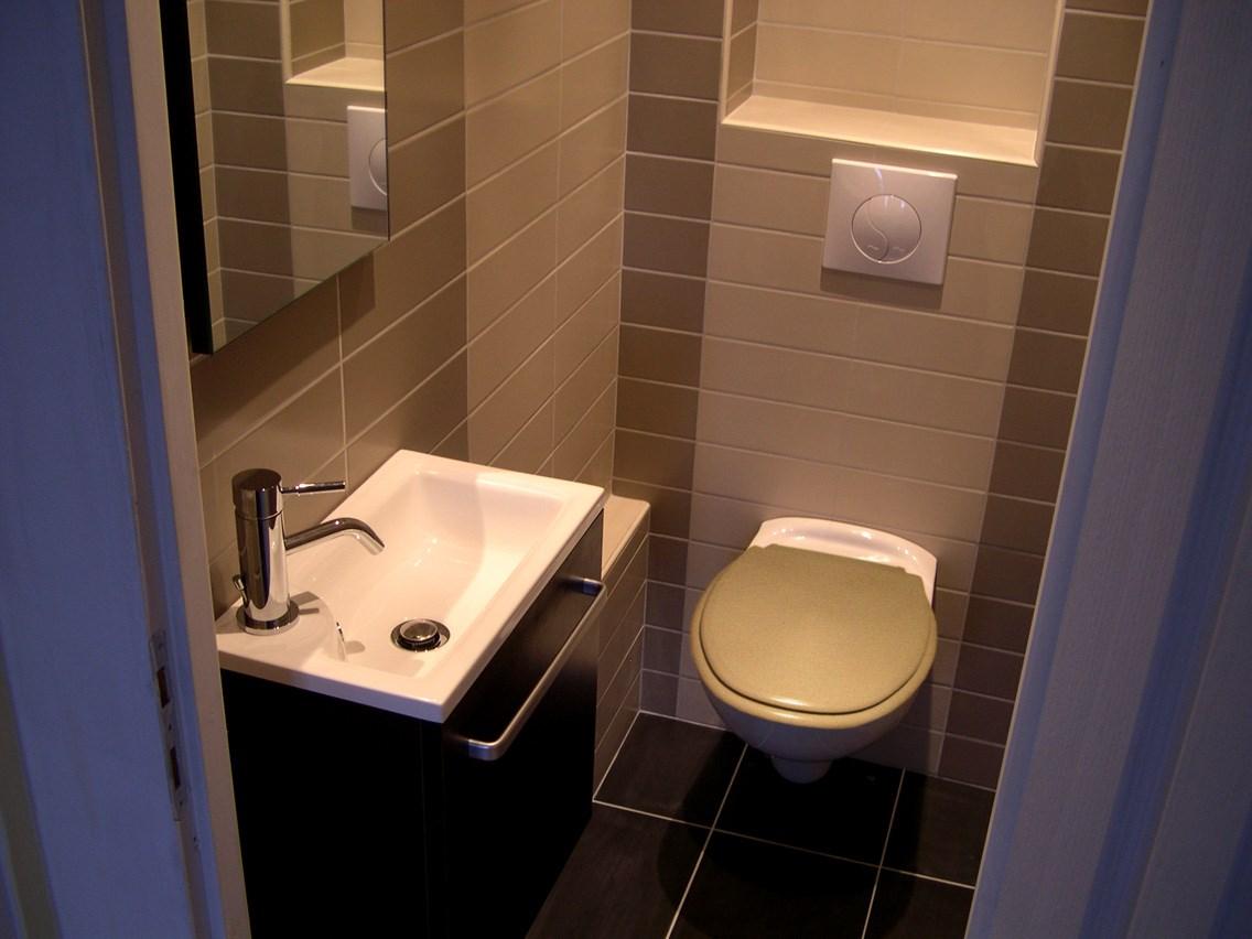 espace wc lave mains et wc supendu carrelage sol et mur. Black Bedroom Furniture Sets. Home Design Ideas